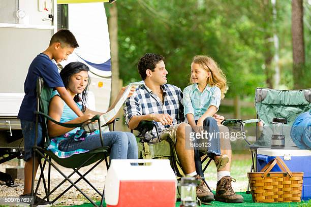 Vacanza estiva di famiglia.  Camper parcheggiato al Parco Nazionale di campeggio.
