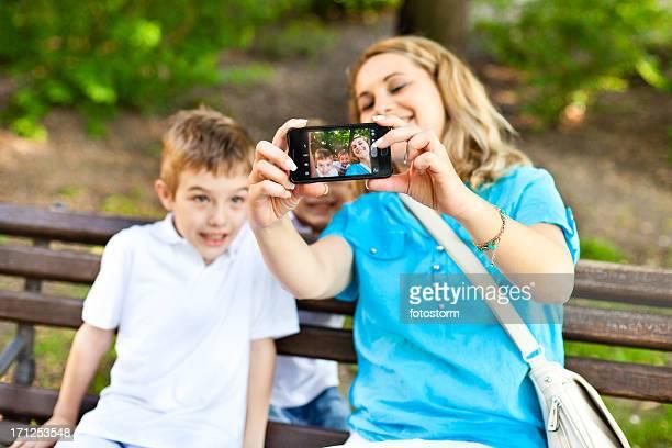 Familie, die ein Foto von sich selbst mit cellphone