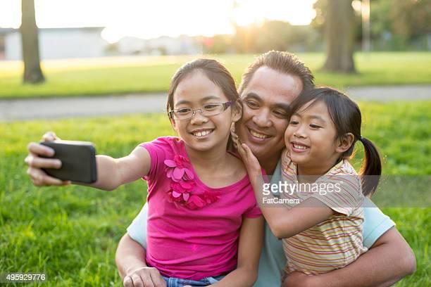 Famille prenant un Selfie sur le parc