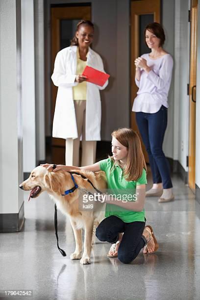Famiglia prendendo animale domestico per la veterinaria