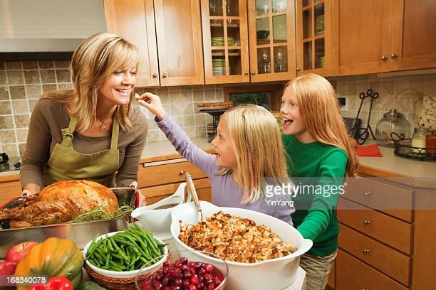 Familie Thanksgiving mit Mutter und Töchter Kochen Feiertags-Abendessen in der Küche