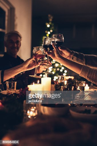 Family toasting at christmas dinner : Foto de stock