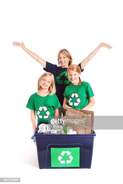 Familie Recycling für die Umwelt auf weißem Hintergrund.