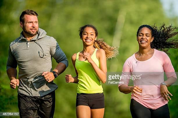 Família de Running em percursos de terra