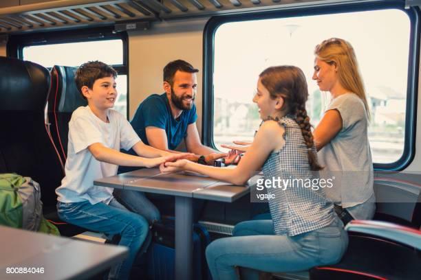 Familie, die zusammen mit dem Zug reisen