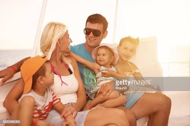 Familie Sie auf einem Boot bei Sonnenuntergang.