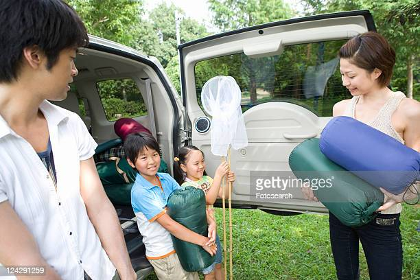 Family unpacking car