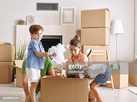 Família Desempacotar caixas de cartão