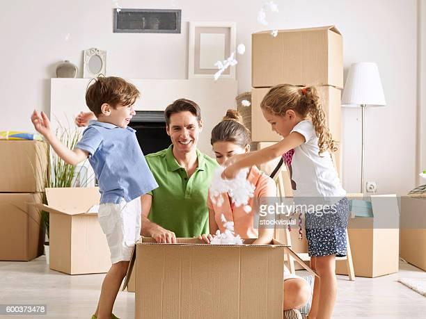 Familia desempaquetar caja de cartón