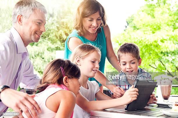 Familie mit tablet PC