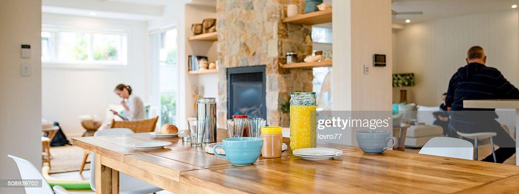 Familie mit intelligente Telefon zu Hause : Stock-Foto