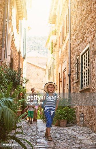 Famiglia visita la città del Mediterraneo.