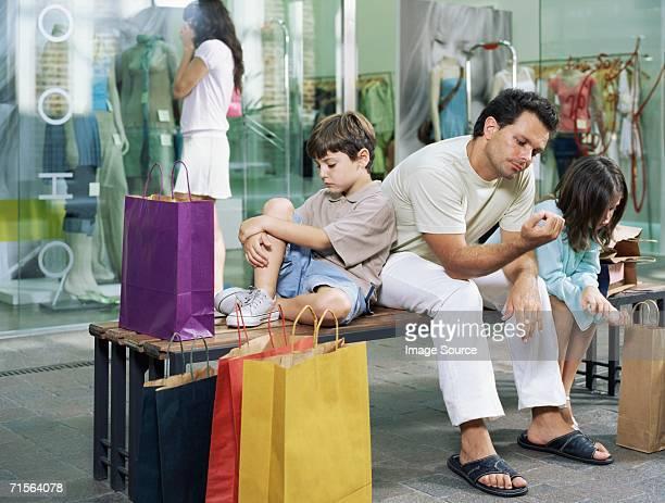 Famille en attente pour femme shopping