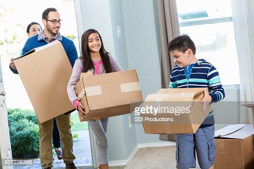 Família caminhar em sua nova casa com as caixas