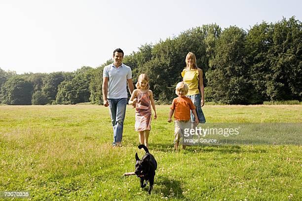 Familie gehen Hund