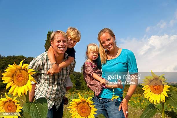 Família andar no campo de Flores