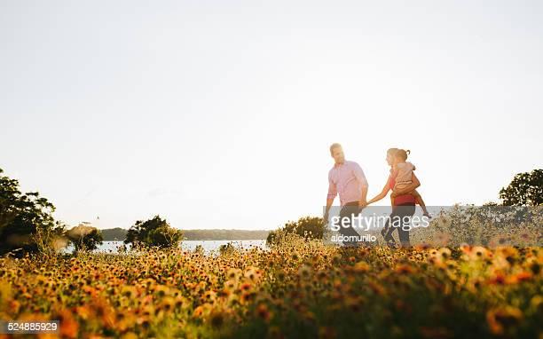 Famiglia a piedi nella natura