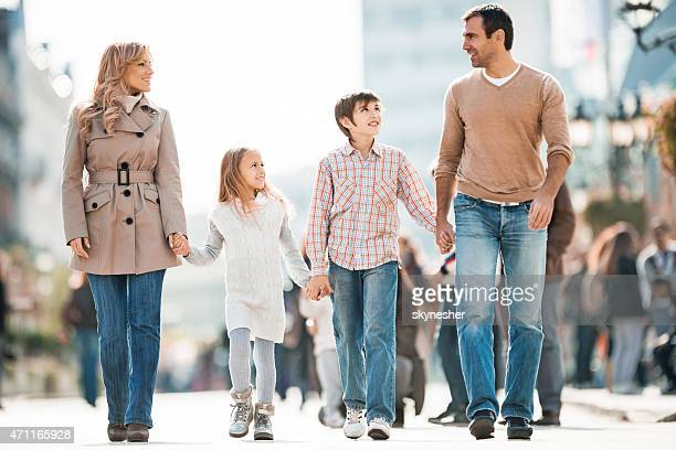 Familie gehen in der Stadt und die Kommunikation.