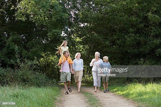 Familia caminando por una pista de suciedad