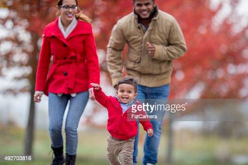 Familia caminando por una caída el Día