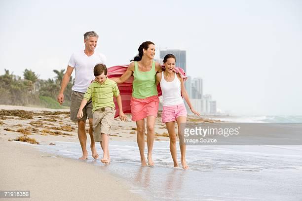 Familia caminando por la playa