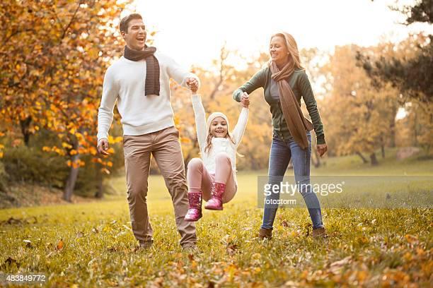 Familie gehen zusammen in einen Herbst-park