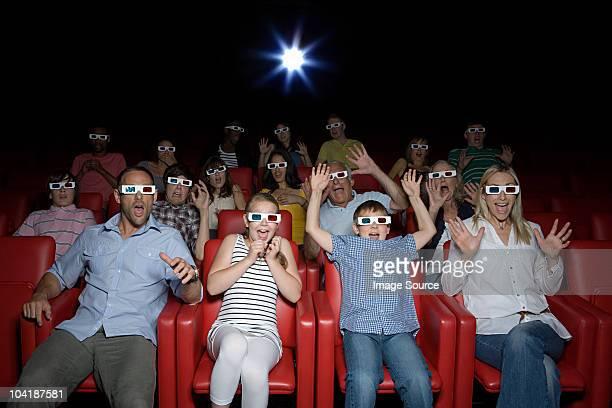 Famille en regardant un film en 3d au cinéma