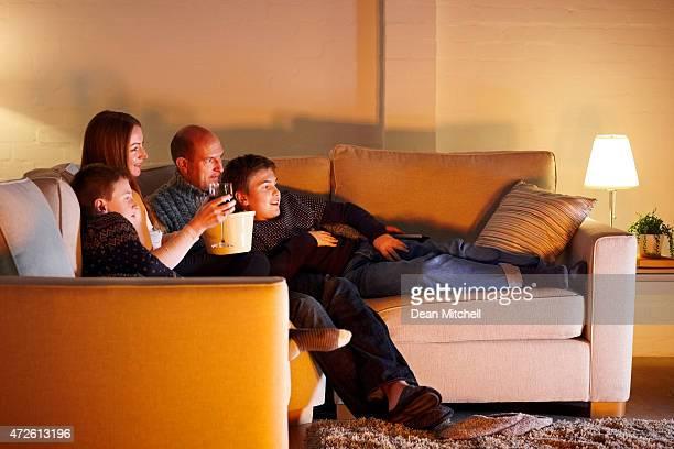 Famille en regardant un film à la maison