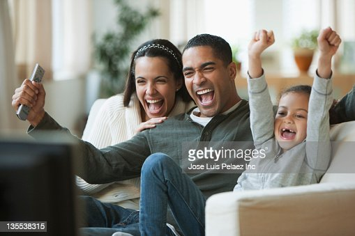 Family watching television together : Foto stock