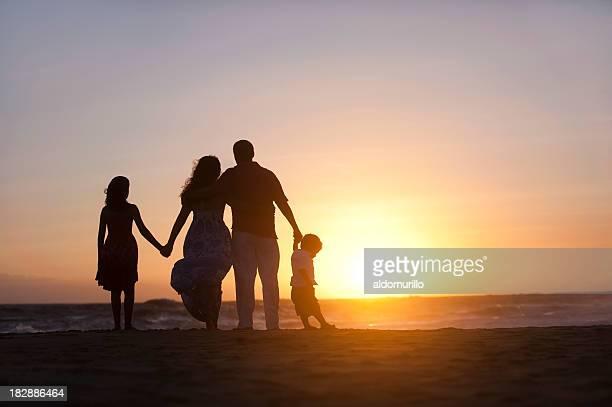 Famille en regardant le coucher du soleil