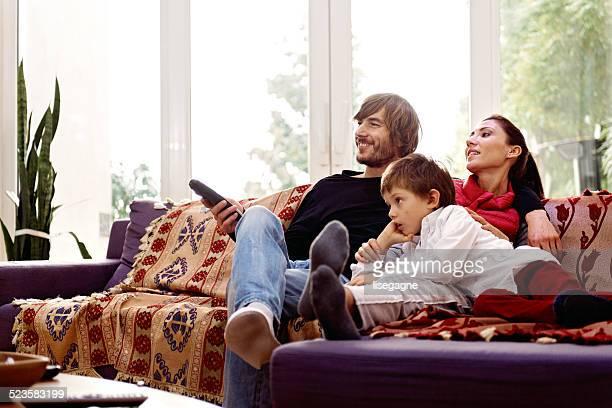 Família assistir tv