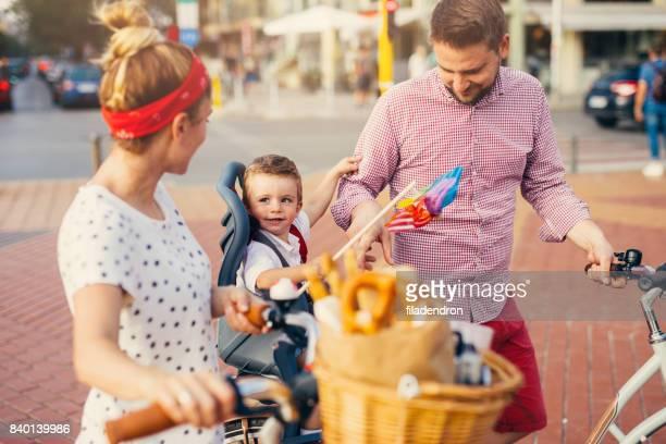 Familie mit dem Fahrrad in der Stadt