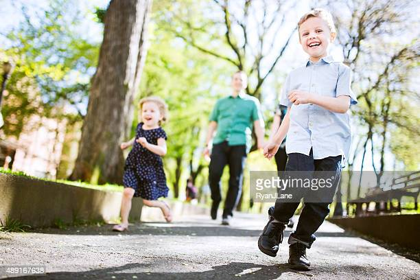 ご家族での散策に子供たち