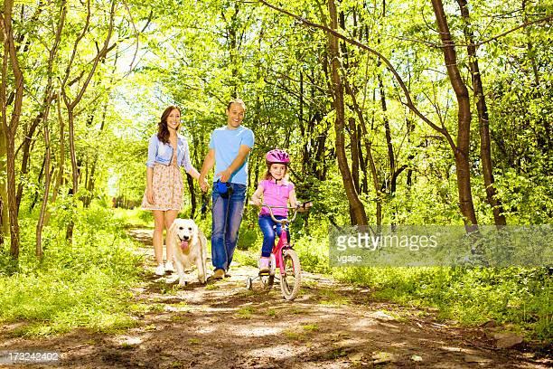 Famille avec enfants, la marche et le vélo dans une forêt.
