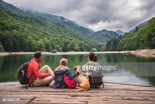 Familie mit Hund ruht auf einem pier : Stock-Foto