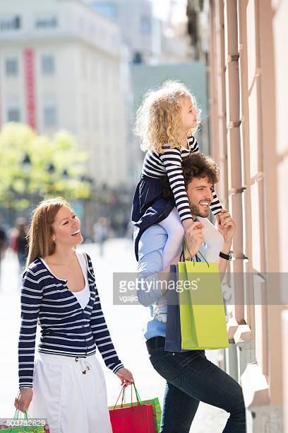 Famiglia con figlio unico Godetevi lo Shopping insieme.