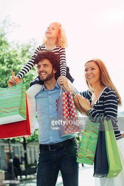 Familie mit einem Kind zusammen genießen Sie die Einkaufsmöglichkeiten
