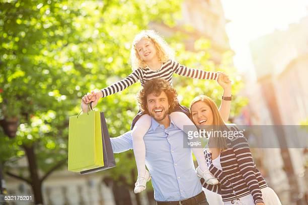 Familie mit einem Kind Genießen Sie Shopping zusammen.