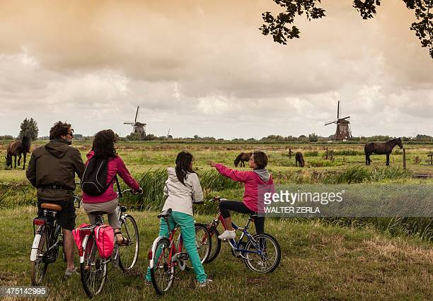 Family with two children on bikes, Kinderdijk, Olanda, Amsterdam