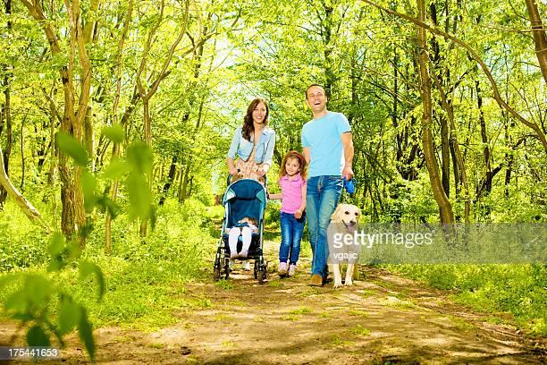 Familie mit zwei Kindern zu Fuß im Wald.