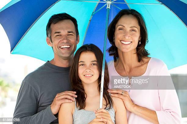 Familie mit Regenschirm