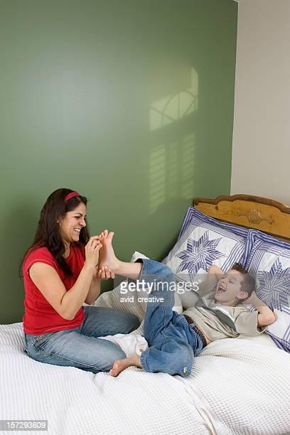 ファミリー-母と息子まるで足