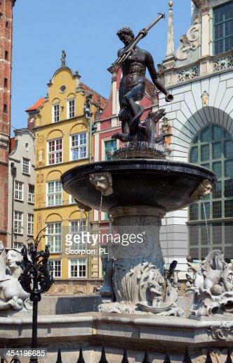La famosa fuente de neptuno en Dlugi Targ square. : Foto de stock