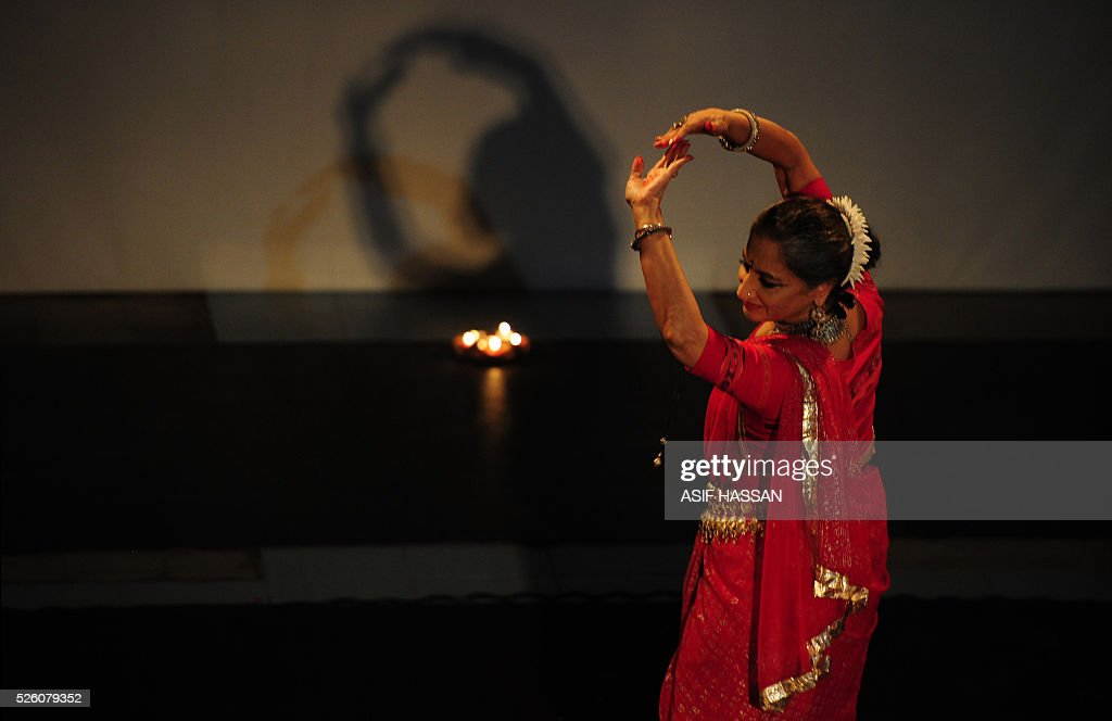 Famous Pakistani classical dancer Sheema Kirmani performs on the 'World Dance Day' at Alliance Francaise in Karachi on April 29, 2016. / AFP / ASIF