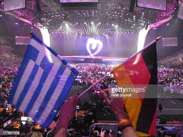 Fan mit deutscher und griechischer Flagge L E DL e i n w a n dHerz Logo 'Feel your heart beat' vom Finale ARDMusikshow 'Eurovision Song Contest 2011'...