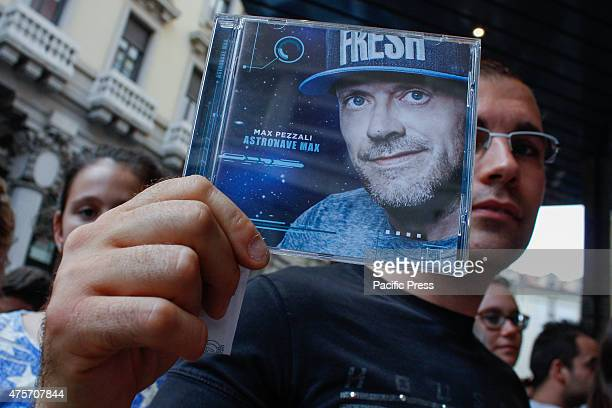 A fan of Max Pezzali shows the latest album titled 'Spaceship Max'
