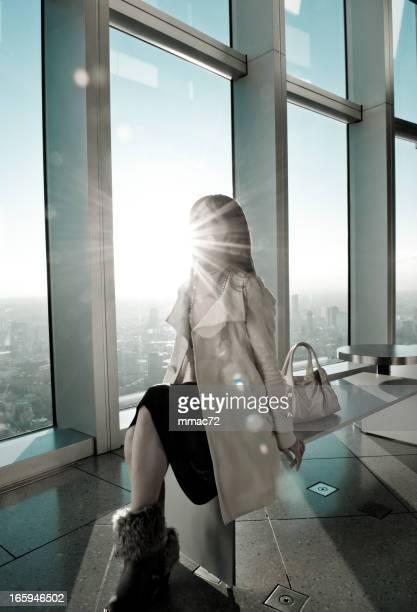 Fancy-Frau in Hintergrundbeleuchtung moderne Architektur