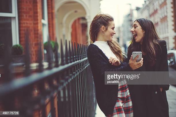 おしゃれなロンドンでの女性を使用して携帯電話
