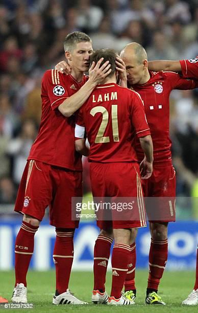 fand trost Phlipp LAHM FC Bayern München nach dem verschossenen Elfmeter mit Bastian SCHWEINSTEIGER FC Bayern München und Arjen ROBBEN FC Bayern...