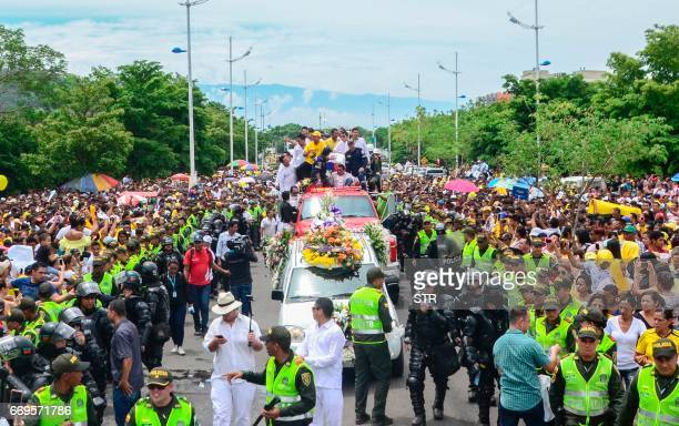 Fans and relatives of Colombian singer Martin Elias participate in his funeral in Valledupar northern Colombia on April 17 2017 The singer/songwriter...
